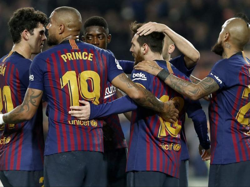 L'equip celebrant el gol de Messi des del punt de penal