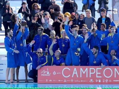 Nova alegria marinera. Els jugadors i el cos tècnic del Barceloneta celebren la consecució d'una nova copa, aquest cop assolida al complex Joan Serra del CN Mataró