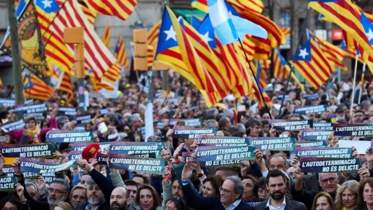 La capçalera de la manifestació, amb Torra, Torrent i Paluzie i altres politics