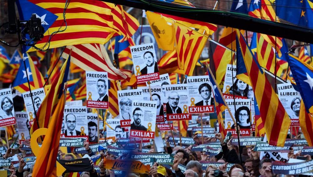 Cartells amb les cares dels presos i exiliats polítics en la manifestació del 16 de febrer