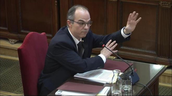 L'exconseller Turull, durant el seu interrogatori al Tribunal Suprem. A dalt,  a la dreta, els fiscals Madrigal i Moreno.  A sota, els observadors d'ITW