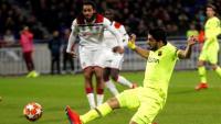Luis Suárez no arriba per ben poc a una centrada de Jordi Alba