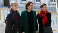 L'alcaldessa de Barcelona, Ada Colau, al centre, a les portes del Suprem