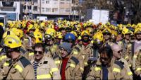Els Bombers durant la protesta, a Lleida