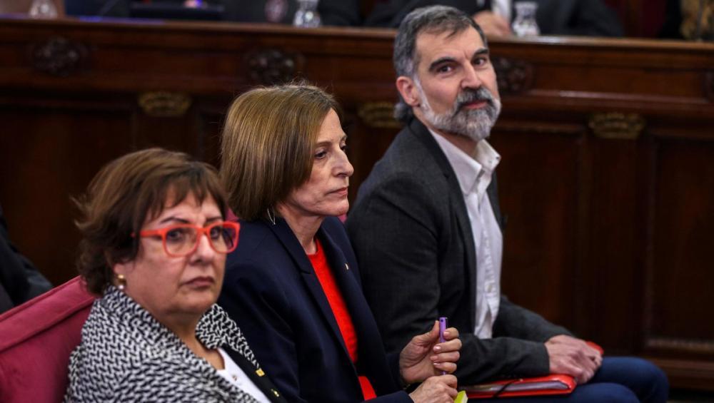 La consellera Bassa –en primer pla–, amb Carme Forcadell i Jordi Cuixart