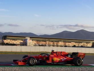 Vettel, a la zona de l'estadi, amb la tribuna principal al fons