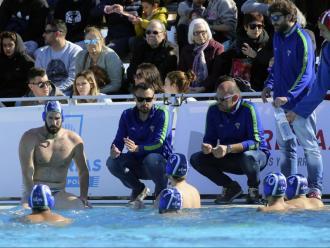 El jove tècnic del Mediterrani (al centre) dona instruccions als seus jugadors durant el duel de semifinals de la copa contra el Quadis CN Mataró
