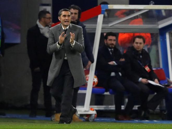 Ernesto Valverde animant els seus jugadors, ahir a Lió