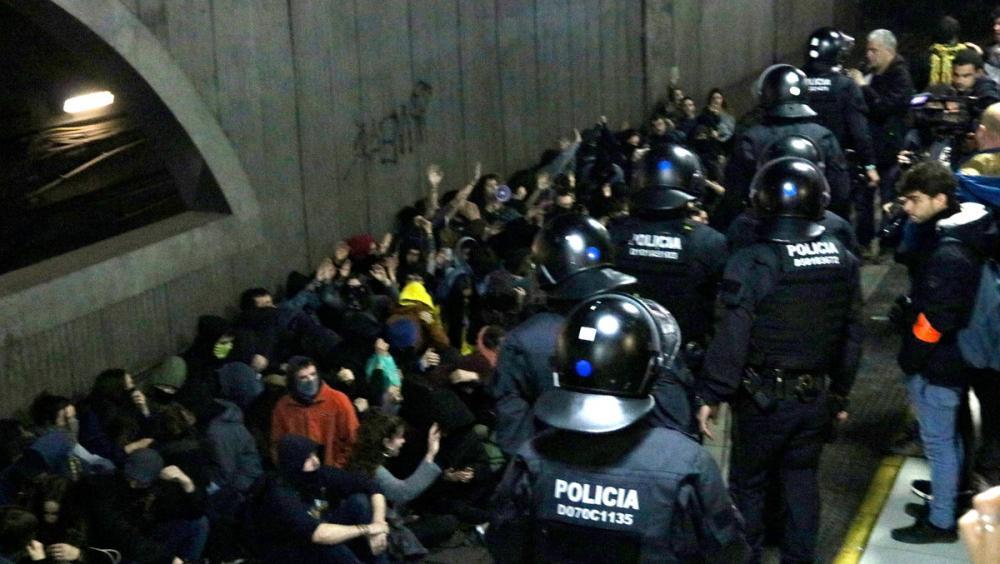 Els mossos es despleguen davant els estudiants que ocupen les vies de Rodalies a l'estació de la plaça de Catalunya de Barcelona durant la vaga