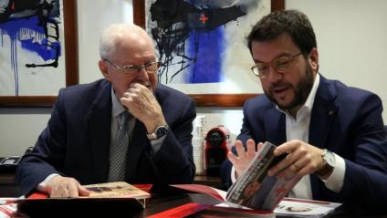 El vicepresident Aragonès, a la dreta, a la reunió amb la Creu Roja