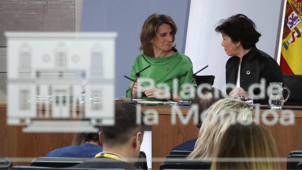 La ministra d'Educació i portaveu, Isabel Celaá (dreta) i la ministra de Transició Ecològica, Teresa Ribera