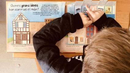 Un alumne del Prat participa en una activitat del foment de la lectura proposada en el programa Interseccions