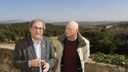 El president Quim Torra i l'exlehendakari Juan José Ibarretxe, a la terrassa del mas Perxés, a Agullana, on fa 80 anys van coincidir Companys i Aguirre
