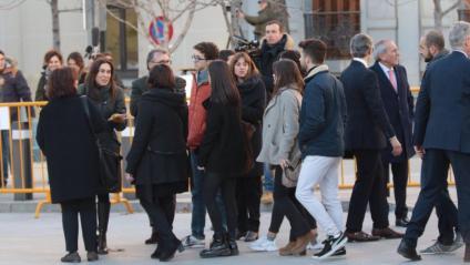 Familiars dels presos polítics, a l'entrada del Tribunal Suprem el 12 de febrer