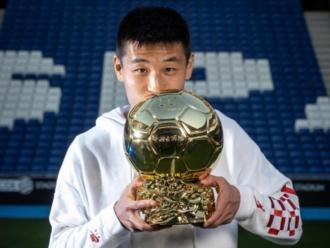 Wu Lei, amb la pilota d'or sobre la gespa de l'RCDE Stadium