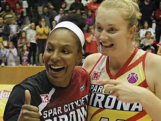 Murphy i Reisingerova celebrant el triomf al final del partit