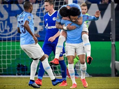 Leroy Sané rep la felicitació dels seus companys després d'anotar el 2-2 al Veltins-Arena