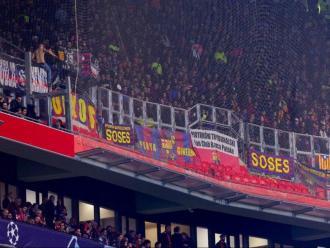 El sector d'aficionats del Barça, dimarts a la nit, a l'estadi de l'Olympique de Lió