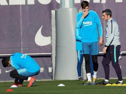 El tècnic del Barça, amb Piqué i Luis Suárez, a punt de començar un exercici en l'entrenament