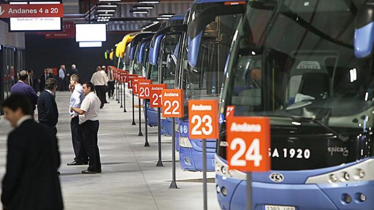 Autobusos, esperant la sortida a les andanes de l'estació de Girona.