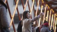 Una parella de turistes asiàtics fent-se una 'selfie' durant les vacances de Nadal passades a la ciutat de Girona