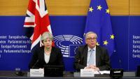 La primera ministra britànica, Theresa May, i el president de la Comissió Europea, Jean-Claude Juncker, durant una roda de premsa a Estrasburg el passat 11 de març