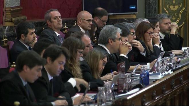 Imatge de la bancada on s'asseuen els advocats defensors amb alguns dels acusats al tribunal que jutja els fets de l'1-O