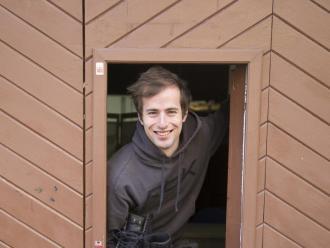 Motivat. Pere Marsinyach, amb els patins a la mà, a la porta d'entrada de Costurart, l'empresa que li prepara els mallots per a la competició