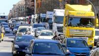 Centenars de transportistes van protestar ahir per Barcelona pels llargs temps d'espera quan treballen al port. A la imatge, circulant per la Gran Via