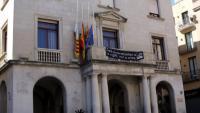 Façana del consistori de Figueres, amb una pancarta penjada