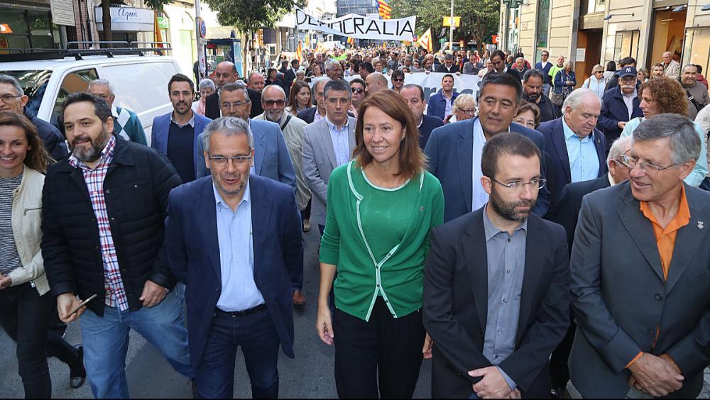 Marta Madrenas, al centre, va rebre un multitudinari suport quan va haver de declarar l'estiu passat al Palau de Justícia de Girona