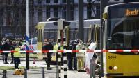 Les forces de seguretat treballen a la plaça on hi va haver la matança, a Utrecht