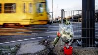Un ram de flors davant d'un tramvia a Utrecht, a Holanda
