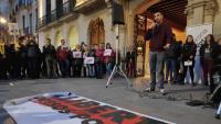 L'activista Jordi Alemany, dilluns durant el seu discurs en la concentració a la plaça del Vi de Girona