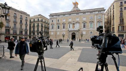 El Palau de la Generalitat era  el focus dels mitjans ahir per veure si  s'hi mantenia la pancarta amb el llaç groc