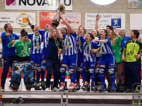 Les jugadores del Voltregà, amb la copa de campiones d'Europa