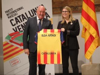Joan Soteras, president de la federació catalana, entrega una samarreta de la selecció a la consellera i portaveu del govern