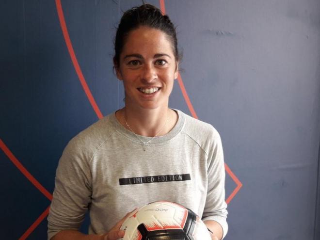 Torrejón posa amb la pilota de la Champions League