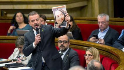 Alfred Bosch amb la portada de l'Abc d'una jornada de reflexió electoral