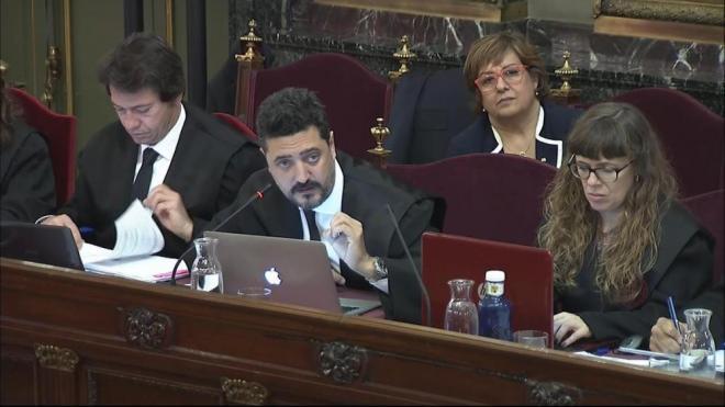 El penalista Mariano Bergés , advocat de l'exconsellera de Treball i Benestar Social Dolors Bassa, al darrere, en la seva intervenció al Suprem, ahir