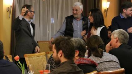 """El diputat de Junts per Catalunya Josep Costa, l'empresari Josep Maria Matamala i la dona de Puigdemont, Marcela Topor, en un moment del sopar de """"suport"""" al president que es va fer durant la seva detenció a Neumünster"""