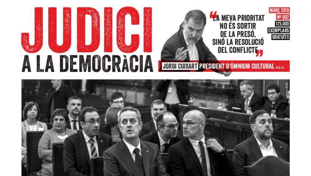 Portada de la segona edició del diari produït per Òmnium 'Judici a la democràcia'