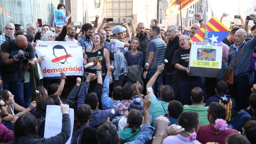 Manifestants, davant d'Unipost a Terrassa