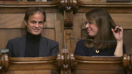 El tinents d'alcaldia, Jaume Asens i Janet Sanz, durant una sessió del ple del consistori barceloní