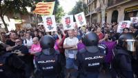 Els concentrats a la seu de la CUP , a Barcelona, contra els escorcolls que volia fer la policia espanyola el 20-S