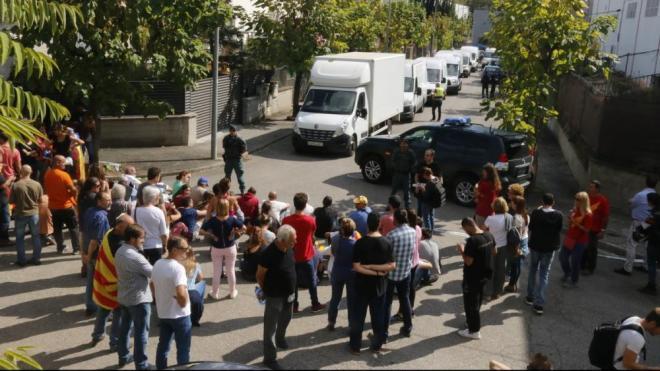 Veïns concentrats a Bigues i Riells , contra els escorcolls de la Guàrdia Civil, el 20 de setembre del 2017
