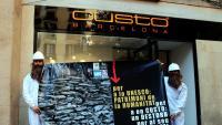 Acció de protesta de SOS Costa Brava ahir, davant d'una botiga Custo, a Barcelona