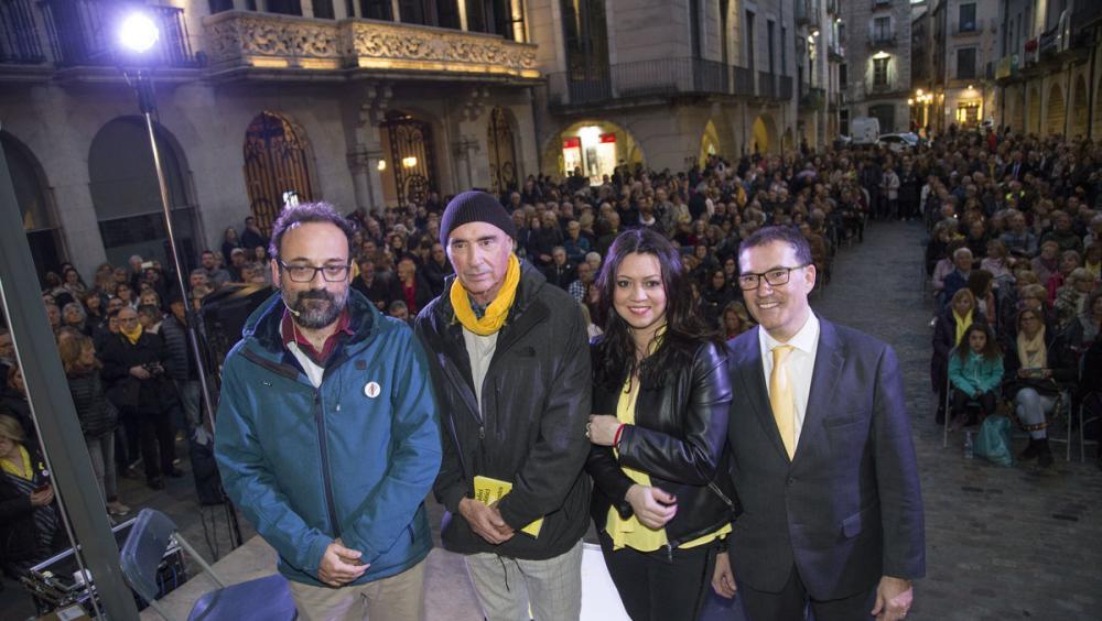 Benet Salellas, Lluís Llach, Marcela Topor i Jaume Alonso Cuevillas, en la presentació multitudinària organitzada per Les Voltes, ahir al vespre a la plaça del Vi de Girona