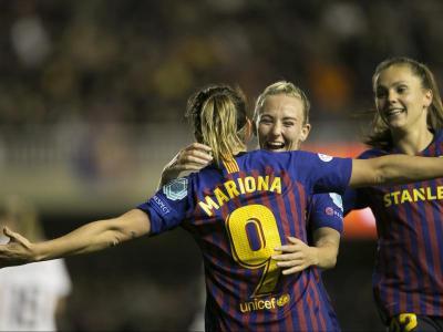 Mariona i Toni Duggan, les dues golejadores del duel, celebren, juntament amb Martens, el 3-0 de la balear