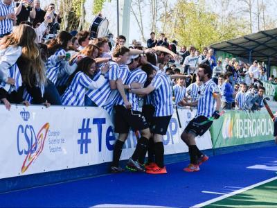 Els jugadors de l'Egara celebren un dels tres gols amb l'afició